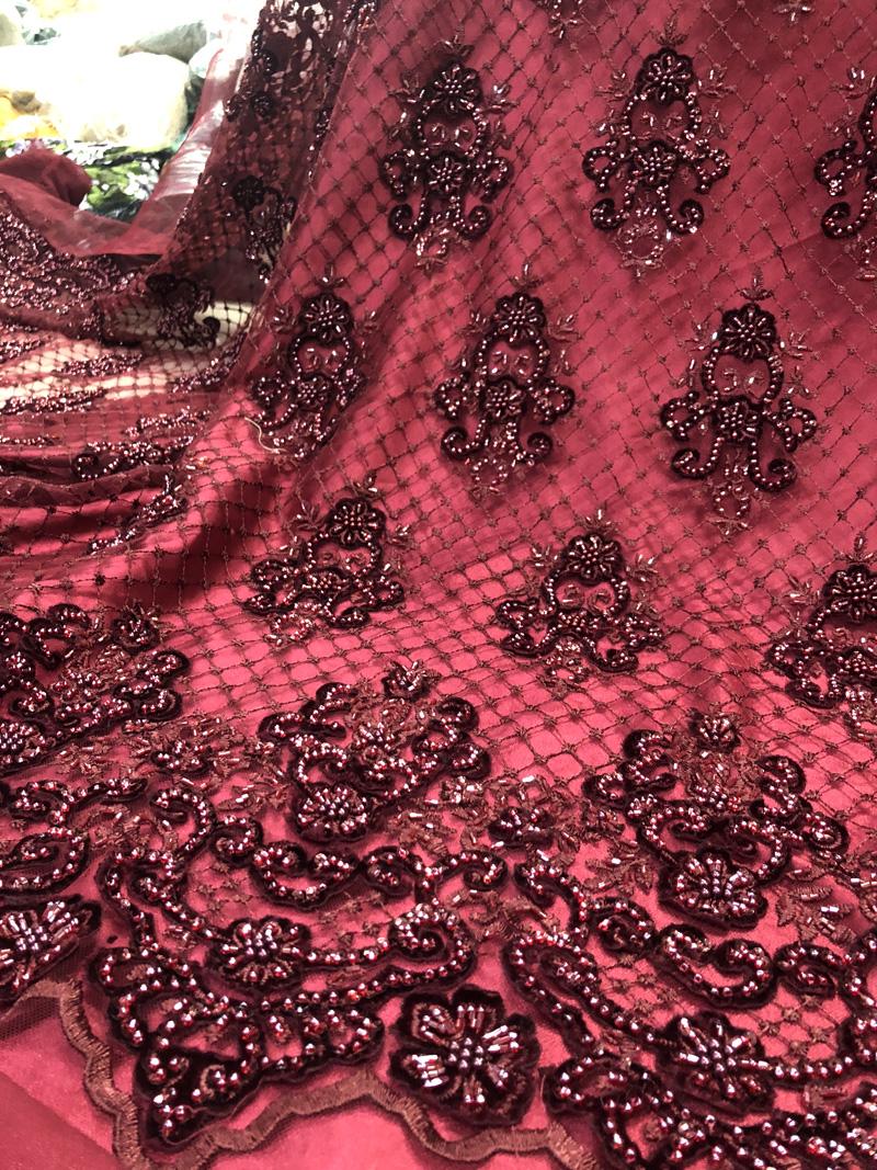 Tela de encaje de terciopelo de trabajo hecho a mano con cuentas de color rojo vino